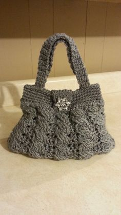 Charlie wants me to try this pattern - Crochet Arabel Cable Stitch Handbag Purse DIY crochet purse Diy Crochet Purse, Crochet Purse Patterns, Diy Purse, Crochet Handbags, Crochet Purses, Crochet Crafts, Crochet Projects, Knit Crochet, Learn Crochet