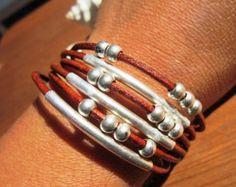 envoltura minimalista collar de cuero con colgante de plata de Bohemia, joyería tribal boho. ¡Una joyería de la manera diaria!!!! collares para mujeres, joyería de plata, joyería de cuero personalizados, originales diseños de kekugi.  Este collar está hecho de cuero y plata perlas plateado. Todas piezas de plata son sometidas a un proceso antialérgico (níquel y sin plomo) con una galjanoplastia de plata de 8 micras de plata.  HECHO POR ENCARGO! Hacer esto es 78 200cm largo para un collar de…