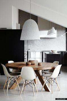Yemek odası, oturma odası, mutfak veya salonlarımızda kullandığımız eşyaların bir çoğu ahşap materyaller ile yapılmakta. Bu eşyalar arasında en önemli yerlerden birini ise elbette odanın en büyük m…