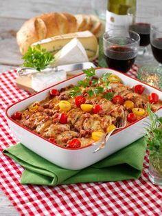 Duka middagsbordet och servera en läcker allt i ett-rätt med kyckling och bacon. Ett enkelt och smakrikt recept!