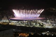Moradores da Mangueira assistem a fogos da cerimônia de abertura com vista…