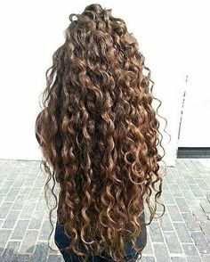 If you have curly or wavy hair, this DIY curl cream recipe will be right up your alley! Instead of saturating your hair with store bought creams and mouses that are loaded with drying alcohols Curly Hair Care, Curly Hair Styles, Natural Hair Styles, Style Curly Hair, Curly Perm, Updo Curly, Curly Girl Method, Hair Day, Gorgeous Hair