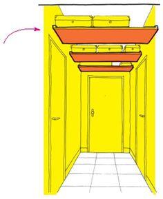 Ranger en hauteur : installer des étagères comme un faux plafond dans un couloir très haut pour les vêtements hors saison et les valises