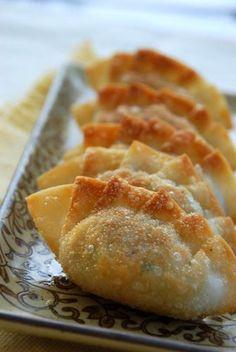 Mandu (Korean Dumplings) - this is the Korean food I most want to try next! Dumplings are my weakness ^^ Korean Dumplings, Fried Dumplings, Korean Dishes, Korean Rice, Wontons, Tasty, Yummy Food, Healthy Food, Asian Cooking