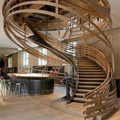 Genial concepto para una #escalera con un #inteligente mezcla de #forma y #color con un estilo completamente #moderno e #imnovador en sus impactantes pasamanos Ve mas #ideas para #remodelar...