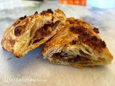 Zelf pecanbroodjes maken? Het kan. Lekkere gebakjes voor bij de koffie gemaakt van honing, bladerdeeg en pecannoten. Hoe je ze maakt lees je hier.