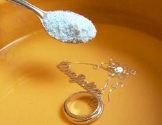 DICA: receita caseira de como limpar Prata (qualquer peça em Prata) 1. Água fervendo; 2. Tabuleiro de alumínio ou papel alumínio no fundo de um recipiente; 3. Sal; 4. Fermento em pó. A Prata fica brilhando!!! Vídeo com passo a passo: http://www.youtube.com/watch?v=sCYzPbEhiRw