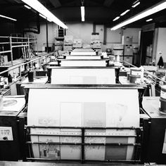 Impressionen aus der Produktion des @curatorpublishing - Buches. 🖤🖤🖤 #offenefadenbindung #makeprintgreatagain #fundw #steifbroschur #steifbroschüre #heidelbergxl106 Design