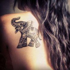 Um estilo cartoon elefante é coberto em um padrão de mandala em preto tatuagem prestados em que o portador do ombro esquerdo da lâmina.
