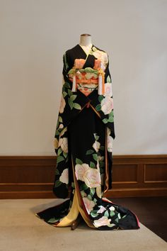 Discover recipes, home ideas, style inspiration and other ideas to try. Traditioneller Kimono, Moda Kimono, Cardigan Kimono, Kimono Outfit, Kimonos Fashion, Boho Fashion, Fashion Outfits, Girl Japanese, Traditional Japanese Kimono