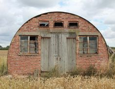 having a quonset hut house is a dope. check our ✅ ready for sale quonset house sample ✅ quonset home kit ✅ quonset interior ✅ quonset greenhouse Silo House, Hut House, Dome House, Backyard Buildings, Small Buildings, Metal Buildings, Bude, Quonset Hut Homes, Ice Houses