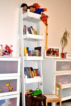 Aus Obstkisten ein Bücherregal für die Kinder bauen -