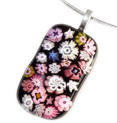 Prachtige handgemaakte glashanger van zwart glas met diverse roze en paarse bloemen en sterren!