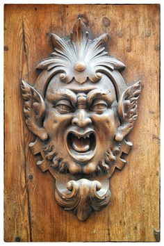 … belle ornementation sur une porte cochère de Sienne, Italie.