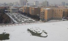 """8. Dezember 2015. Marilyn Monroe wird auch mehr als 50 Jahre nach ihrem Tod weltweit verehrt. Im chinesischen Changchun haben Studenten das Konterfei der Schauspielerin in den Schnee """"gemalt""""."""