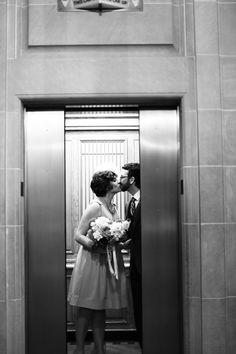 Два мужика в лифте целуются, зрелую мамочку ебут в анал