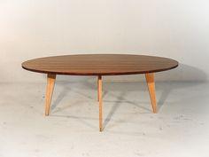 Deze moderne ovale eettafel is nieuw in de collectie. De slanke eiken poten geven deze tafel een elegant design.