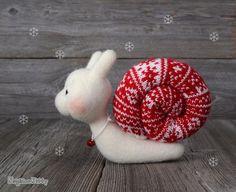 Die niedliche Nadel gefilzt Schnecke. Weihnachts-Geschenk. Weihnachtsgeschenk.  Schneckenpost? Diese schöne Nadel gefilzte Schnecke ist auf dem richtigen Weg zu machen für den Nordpol in Zeit, Santa während der Ferienzeit zu helfen. Er hat seinen festlichen, dekorative Pullover auf seinen Panzer und ein Lächeln auf seinem Gesicht, wie er auf seiner Reise reist.  Versandbereit.  ****************************************************************************  Ich fühlte meine Artikel Firma, die…