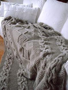 Herrlich warme, große Decke aus Grobstrick mit dicken Zöpfen und Rautenmuster.    Diese Decke habe ich aus einer dicken Dochtwolle gestrickt, die das