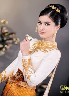 Thai Traditional Dress, Traditional Wedding Dresses, Traditional Outfits, Burnt Hair, Culture Clothing, Khmer Wedding, Wedding Costumes, Asian Fashion, Women's Fashion