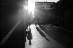 Fórmula para una fotografía: Hibiya Dori, Tokyo, Agosto 2014. Conoce cómo se construyó esta imagen de street photography en blanco y negro: ajustes empleados y recursos en juego.