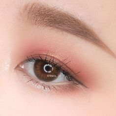 Rose Gold Eyes Makeup ★ Want to try on Korean makeup but lack ideas? We've put together the best tips on Korean trends and provided you with more than one tutorial on how to get the natural makeup look with eyeliner, eyeshadow and eyebrow pencil only. Korean Beauty Tips, Korean Makeup Tips, Korean Makeup Look, Korean Makeup Tutorials, Asian Eye Makeup, Eyeliner, Makeup Eyeshadow, Korean Eyeshadow, Mac Makeup