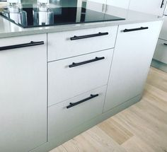#håndtak #garderobeskap #beslag #handles #grep #beslag #kjøkken #kjøkkenhåndtak #kitcheninspo Filing Cabinet, Dresser, Storage, Furniture, Home Decor, Modern, Powder Room, Store, Dresser Top
