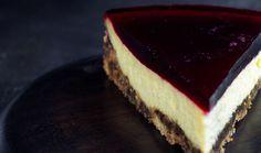 Cheesecake med lakridsbund og solbærgelé - Lakrids by Johan Bülow