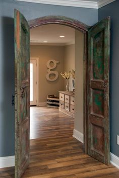 Ways to Decorate like Joanna Gaines The new study features antique wooden doors that open to the living room.The new study features antique wooden doors that open to the living room. Magnolia Market, Magnolia Homes, Magnolia Farms, Home Design, Blog Design, Design Design, Farmhouse Style, Farmhouse Decor, Farmhouse Interior