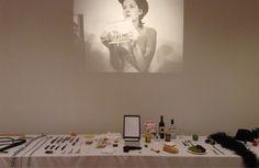 Reconstitution de la table de la performance de Marina Abramovic de 1974 dans le nouvel espace de la Tate Modern à Londres, consacré à l'histoire de l'art au XXe siècle (Landmark Media./NEWSCOM/SIPA)