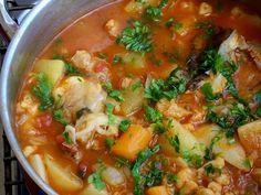 Tradicionalmente a caldeirada é um prato do povo, principalmente das zonas costeiras onde o peixe abundava mais e o prato dos pescadores. Feita com ingredi