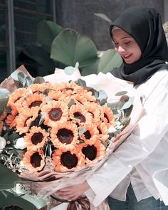 24 stalks sunflower bouquet wrapped in kraft paper. Sunflower bouquet by Singapore florist #bouquet #sunflower #sunflowerbouquet #bouquets #flowersbouquet Bouquet Wrap, Hand Bouquet, Sunflower Bouquets, Public Holidays, Same Day Flower Delivery, Kraft Paper, Singapore