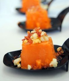 Varomeando: Bombones de salmorejo Tapas Dinner, Tapas Menu, Finger Food Appetizers, Appetizer Recipes, Spanish Dishes, Mini Foods, Appetisers, Special Recipes, Gastronomia