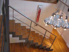 Photo DT83 - ESCA'DROIT®. Escalier d'intérieur design en métal et bois pour une décoration contemporaine type loft. Limons en crémaillères en 'L'. Rampe contemporaine avec option main courante inox brossé et 3 sous-lisses parallèles. Passerelle type pont de bateau. Finition : peinture. - © Photo : Escaliers Décors®