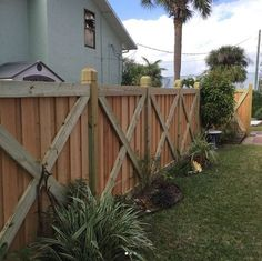 The cross frame privacy is a popular style due to the unique framing that eliminates the standard 3 rail frame used on most privacy fencing. Dog Fence, Front Yard Fence, Pallet Fence, Fence Landscaping, Backyard Fences, Privacy Fences, Wood Fences, Wood Fence Design, Diy Garden Fence