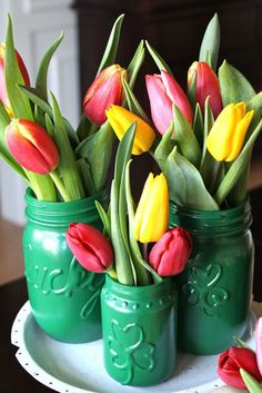 Do you love Mason Jar crafts? Then you will love these DIY mini Mason jars projects. I recently bought a whole box of mini Mason Jars and I've been madly working with them. I just need to share some of the great ideas I've found. Mini Mason Jars, Mason Jar Vases, Bottles And Jars, Mason Jar Projects, Mason Jar Crafts, Spring Crafts, Holiday Crafts, Crafts To Do, Diy Crafts