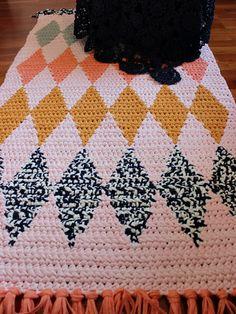 Pirjon kädenjälkiä: Rug with tapestry crochet.