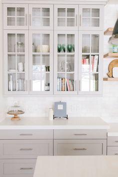 Cucina grigo tortora chiaro ripiano bianco e piastrelle bianche.