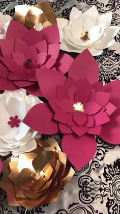 Large Paper Flowers, Paper Roses, Marinade Steak, Diy Paper, Paper Crafts, Fun Crafts, Diy And Crafts, Moana Party, Paper Bags