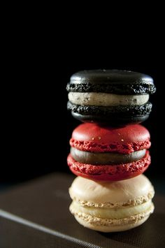 black, red, and white macaroons . great for a gothic tea party Food Texture, Bird Cookies, Cooking Photos, French Macaroons, Sour Candy, French Pastries, So Little Time, Delicious Desserts, Sweet Tooth