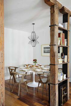 #Comedor muy acogedor con #vigas de #madera a la vista y moderna #lámpara de metal / Cozy #DinningRoom with wood #beams