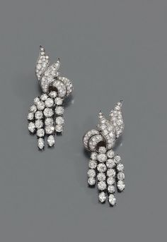 FULCO DI VERDURA 1960S 10,000 - € 15,000 Pair of platinum earrings clips sparks and 18K white gold set with diamonds, each holding four flexible pendants set with diamonds. Unsigned. Height: 5.2 cm Gross weight: 30.1 g