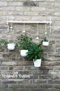 DIY vertikaler Garten für Balkon, Terrasse oder Wohnzimmer. In der Anleitung erfahrt ihr, wie ihr den hängenden Garten für die Wand selber bauen könnt & wie ihr ihn richtig befestigt. Eine tolle Deko für alle Urban Jungle Fans! schereleimpapier - DIY, Upcycling & Wohnen