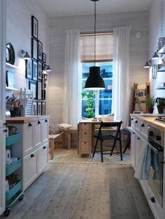 Ikeowska kuchni w bieli z jasną drewnianą podłogą.Jest też galeria na ścianie i czarna lampa nad stołem prze co tworzy nam się sielska atmosfera.Locing it, a Wy?:)