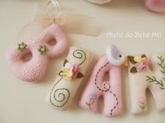 Ateliê do Bebê MG: Nome de Bebê em Feltro ( Bianca ) Felt Name Banner, Felt Letters, Felt Crafts, Diy And Crafts, Baby Banners, Baby Sewing Projects, Needle Felted, Felt Baby, Felt Decorations