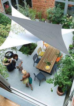 【バリエーションと空間の広がり】頭上に2枚のタープを組み合わせて張ったテラスの屋外ダイニング
