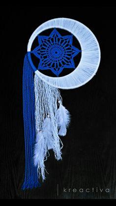 moon and star dream catcher Crochet Dreamcatcher, Crochet Mandala, Dream Catcher Mandala, Dream Catcher Tutorial, Beautiful Dream Catchers, Rainbow Crochet, Yarn Bombing, Sun Catcher, Craft Sale