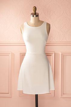 Le profil de la simplicité s'adoucit au toucher de la dentelle.  The profile of simplicity softens with the touch of lace. White lace cut-outs dress www.1861.ca