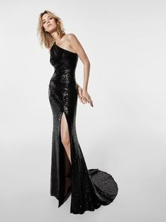 Pronovias Cocktail Dress 2018 Collection Grecos sequinned cocktail dress that looks painted onto the body of the wearer. A very feminine design that shows off a great figure. A one-shoulder bodice and a leg revealing slit skirt. Formal Gowns, Strapless Dress Formal, Day Dresses, Evening Dresses, Long Cocktail Dress, The Dress, Women's Fashion Dresses, Ideias Fashion, Party Dress