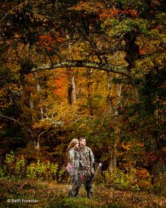 What a beautiful engagement pic with Realtree camo outfits!! #reatlreecamo #camoenagementpics
